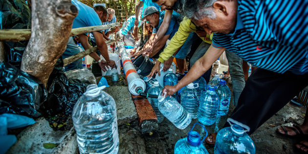 http---o.aolcdn.com-hss-storage-midas-fb97e95b7857887fd392e069b3b0e248-206099397-cape-town-residents-queue-to-refill-water-bottles-at-newlands-spring-picture-id913638568.jpeg